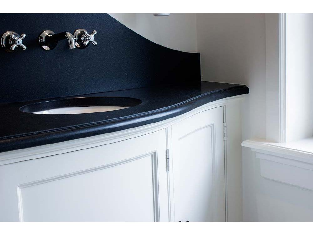 Klassiek badkamermeubel met gebogen deuren