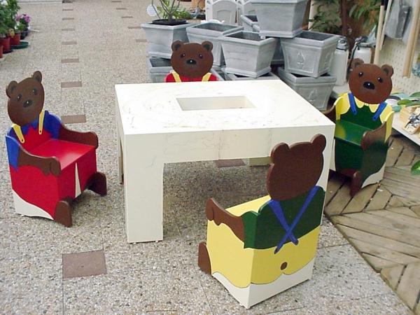 Kinderspeelhoek, berenstoeltjes met speeltafel