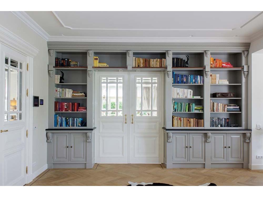 Klassieke boekenkast met koperen trapsteun