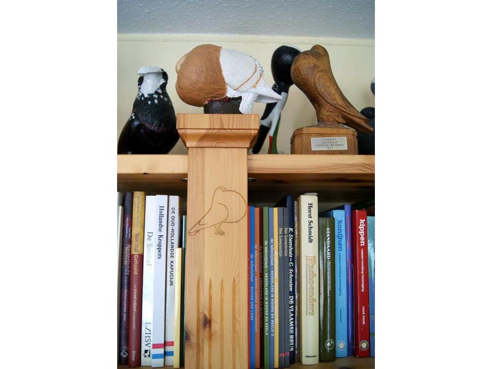 Boekenkast met houtsnijwerk