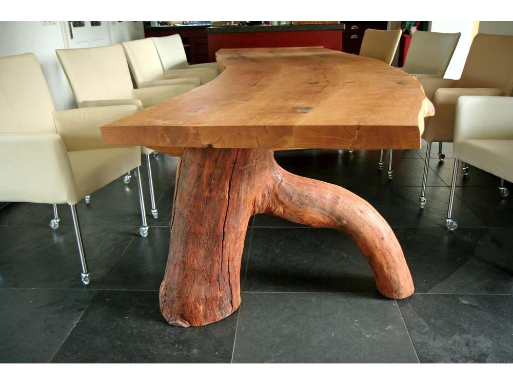 Eiken tafel met een stampoot