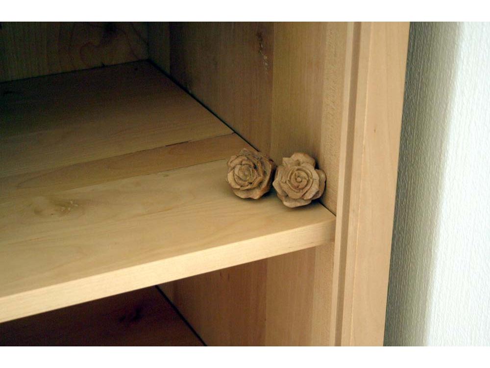 Grafkist - kast met uitgesneden roosjes