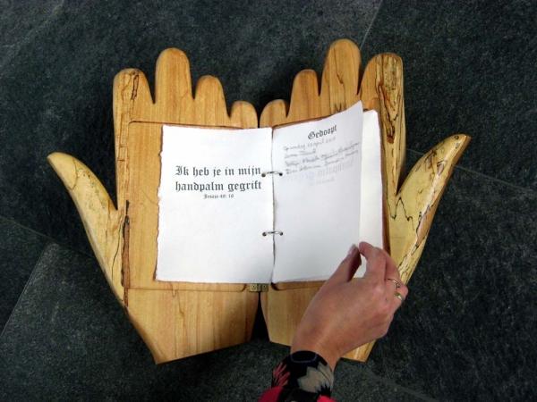 Houtsnijwerk houten handen