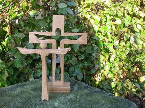 Houten kruis met Christusfiguur