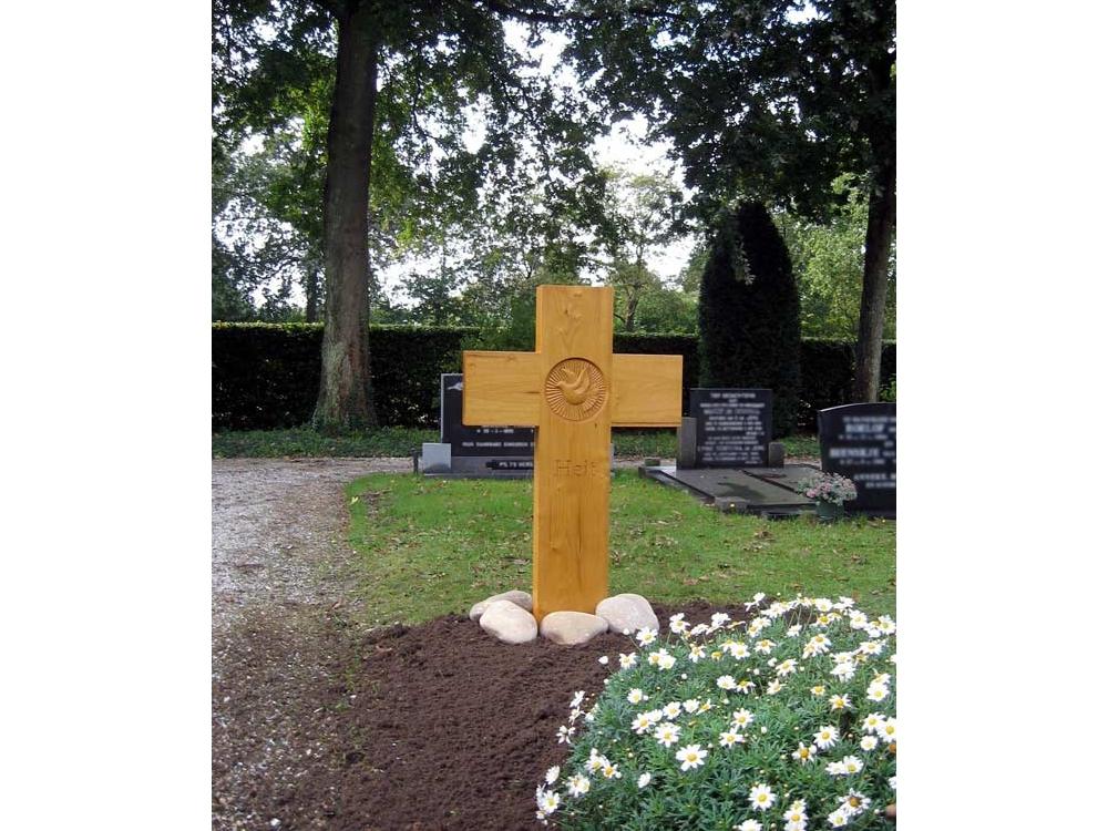 Grafmonument, houten kruis met duif