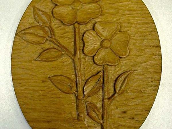 Houtsnijwerk bloemen in ovaal paneeltje