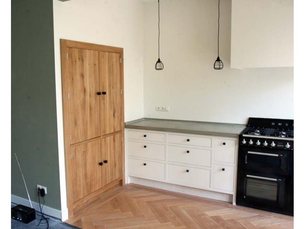 Kleine keuken met betonnen blad