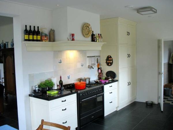 Keuken met bordenrek en mokkenhangers