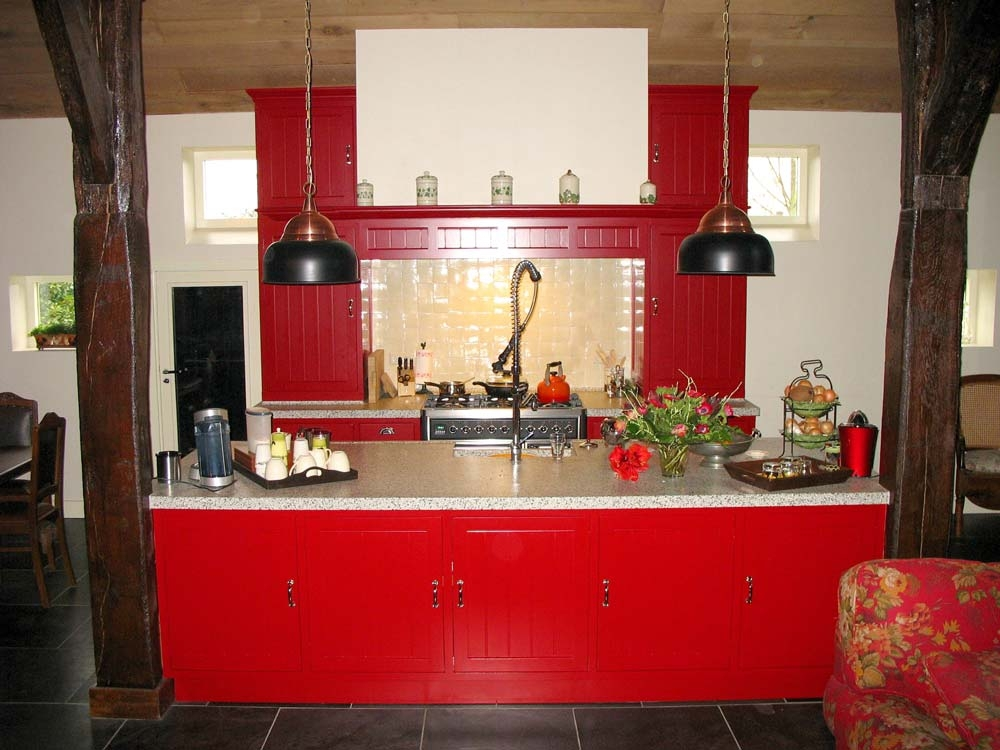 Rode keuken met schouw