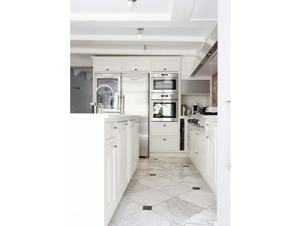 Keuken in herenhuis met RVS schouw