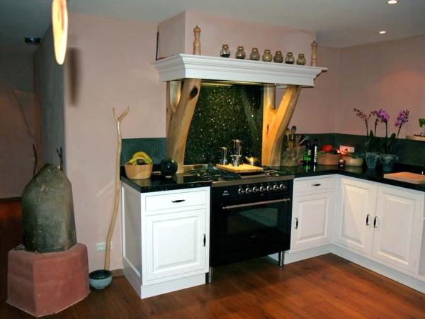 Keuken met Notenhouten schouwsteunen