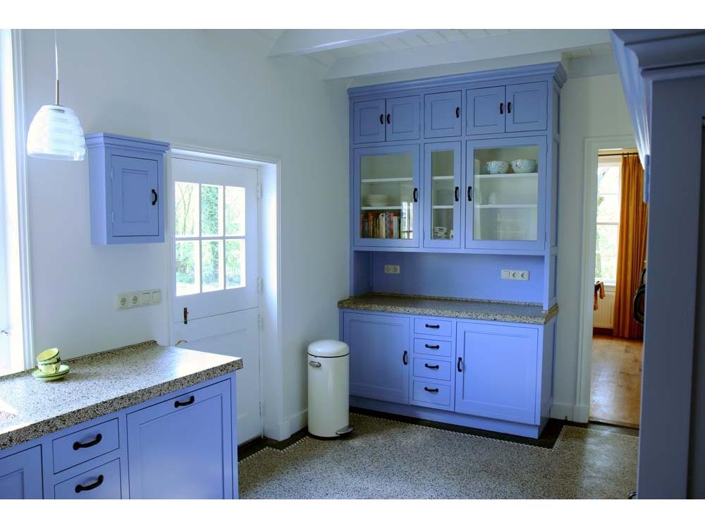 Klassieke blauwe keuken met terrazzo blad