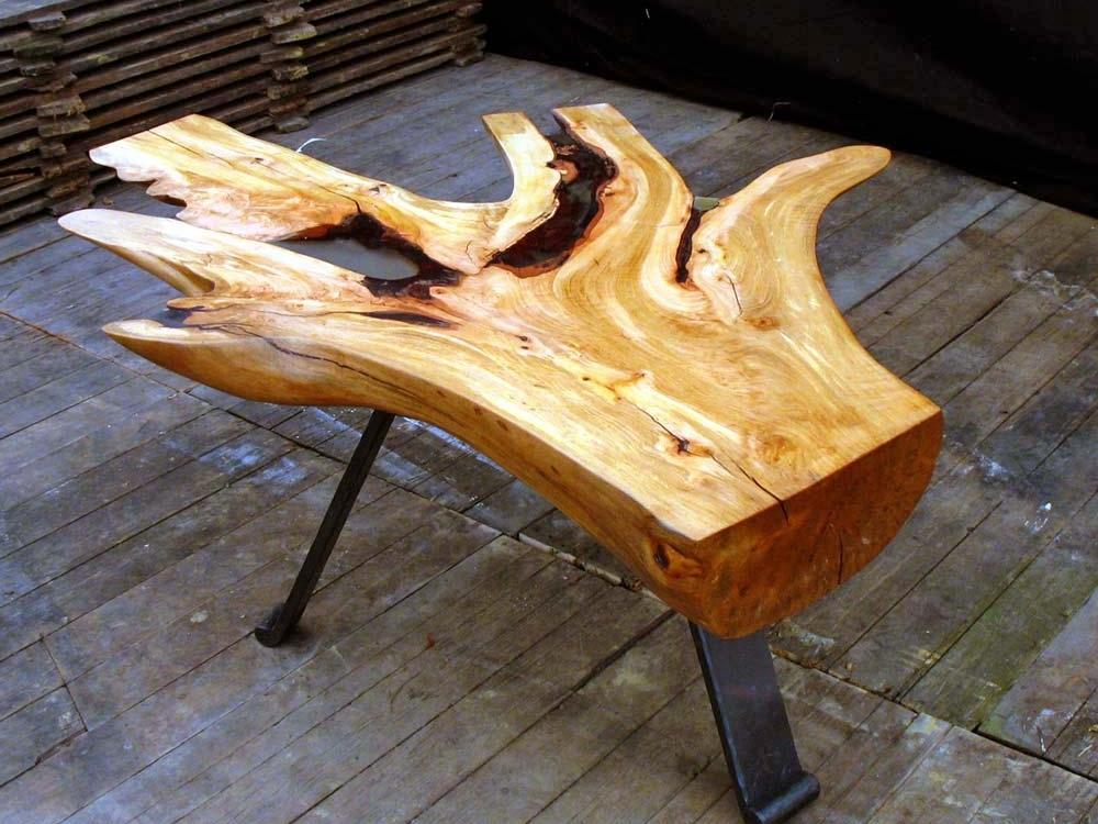 Perenhouten tafel in de vorm van een hand