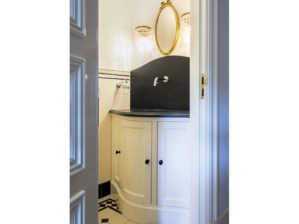 Toiletmeubel met gebogen deuren