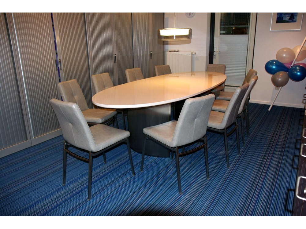 Grote ovale vergadertafel
