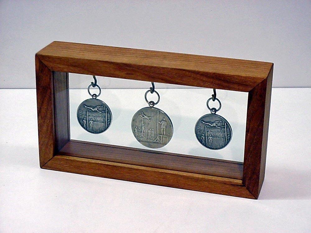 Klein Eiken vitrinekastje voor medailles