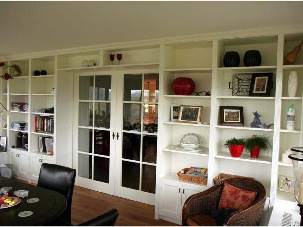 Wandkast in serre met schuifdeuren
