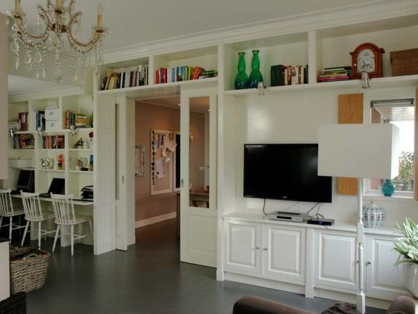 Wandkast met schuifdeuren en computerhoek